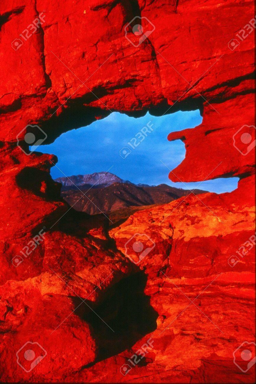 Los Primeros Rayos De Luz De La Mañana Ilumina Pikes Peak Y El ...
