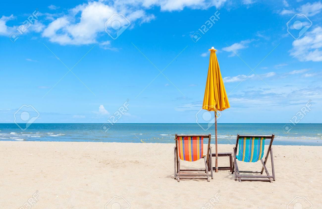 Liegestuhl mit sonnenschirm strand  Paar Bunte Liegestuhl Mit Sonnenschirm Am Schönen Strand. Konzept ...