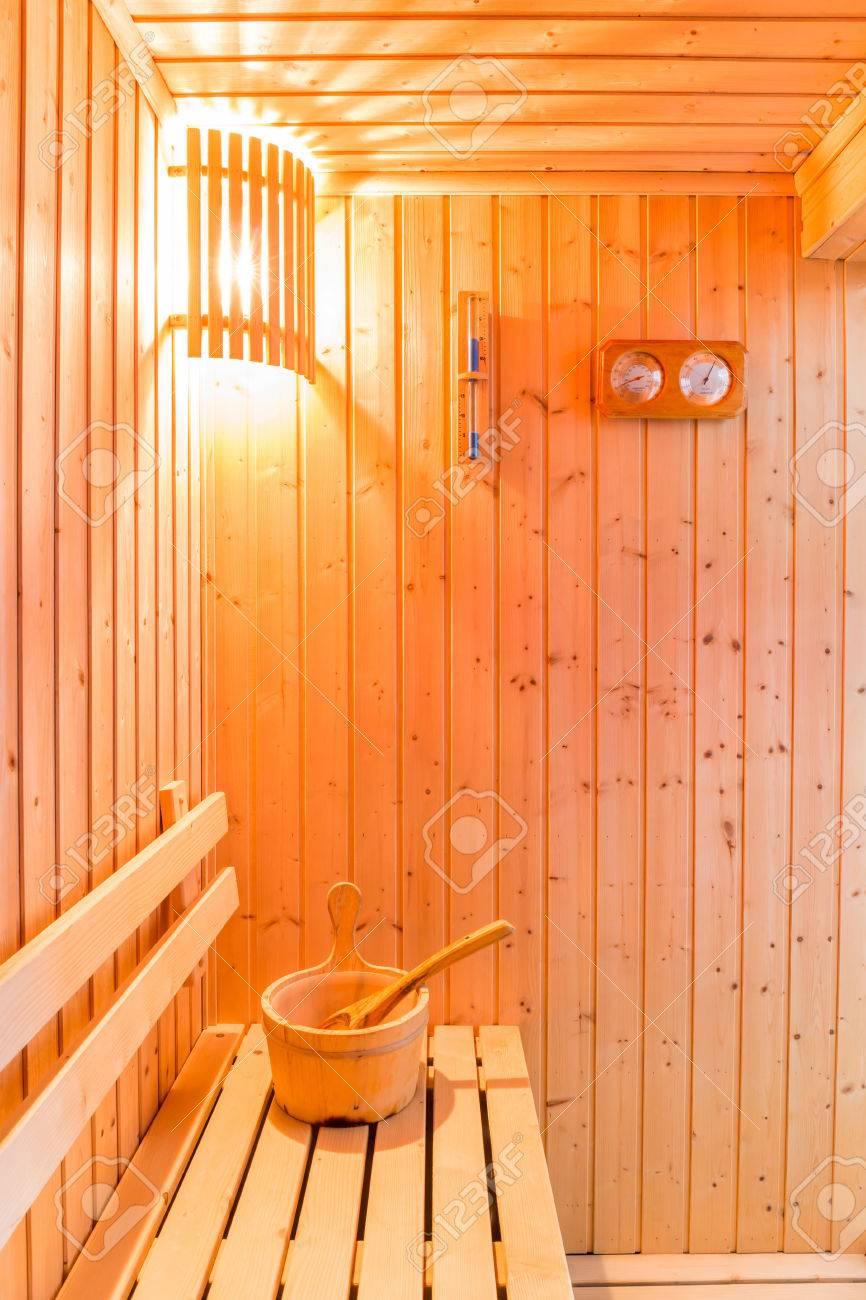 Accesorios De Sauna En La Sala De Sauna Cubo De Madera Lugar En - Sauna-madera