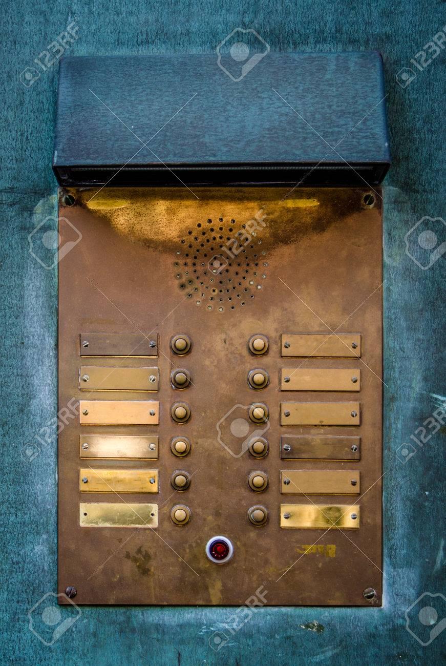 https://previews.123rf.com/images/mrdoomits/mrdoomits1403/mrdoomits140300008/26718455-vintage-apartment-intercom-door-bell-buzzers.jpg