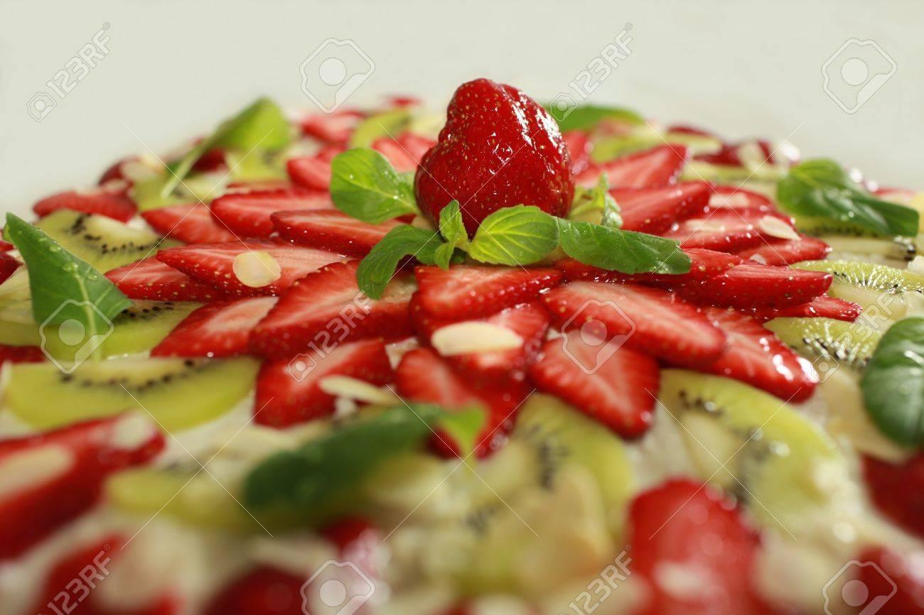 Kuchen Mit Sahne Fullung Bedeckt Mit Kiwi Und Erdbeeren Mintgrun Und