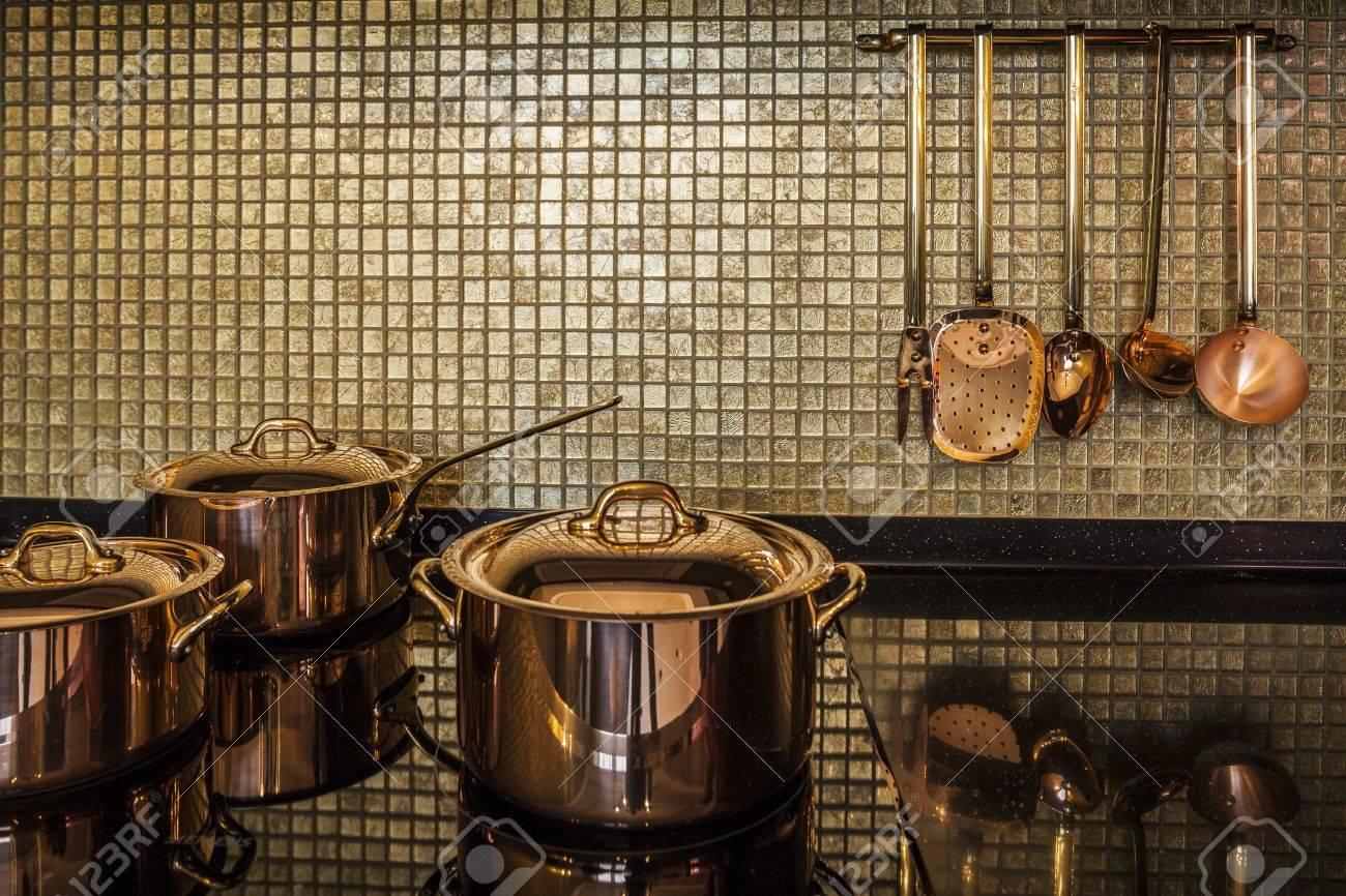 Kupfergeschirr Luxus Interior Küche Lizenzfreie Fotos, Bilder Und ...