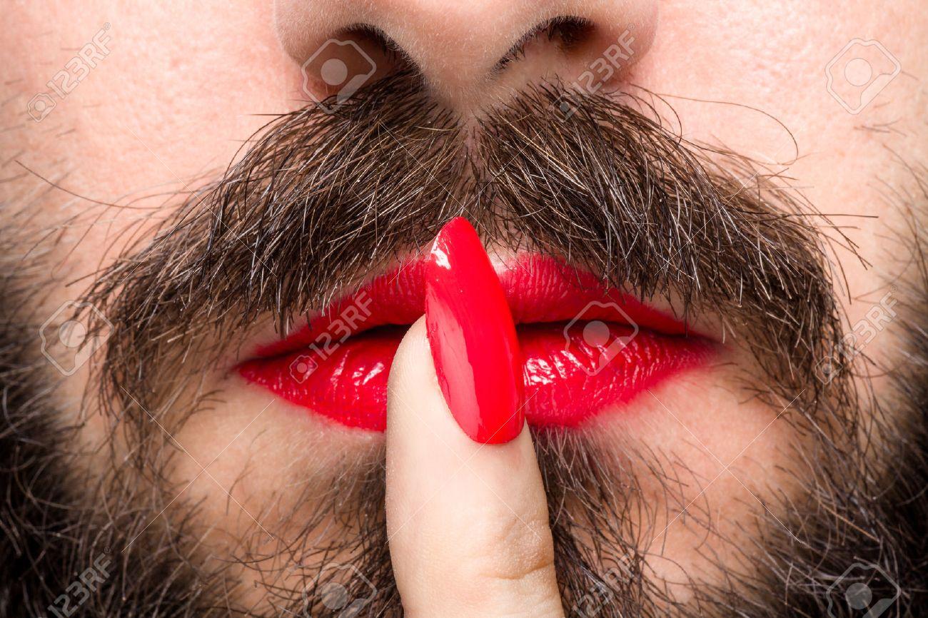 El Hombre Barbudo Con El Lápiz Labial Rojo En Los Labios Y Esmalte ...