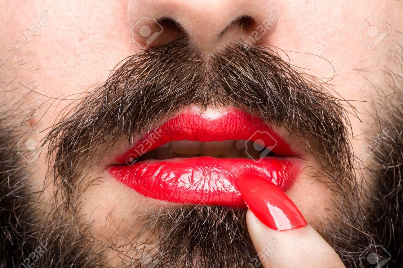 Hombre De La Barba Con El Lápiz Labial Rojo En Los Labios Y Esmalte ...