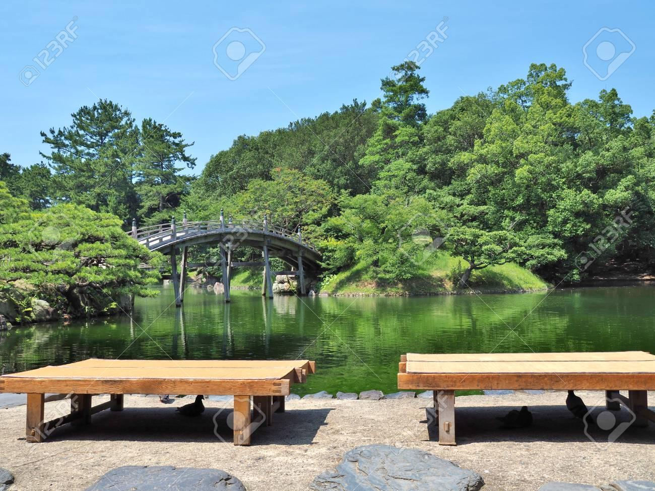 Holzbänke Und Holzbrücke - Engetsukyo In Ritsurin-Garten In ...