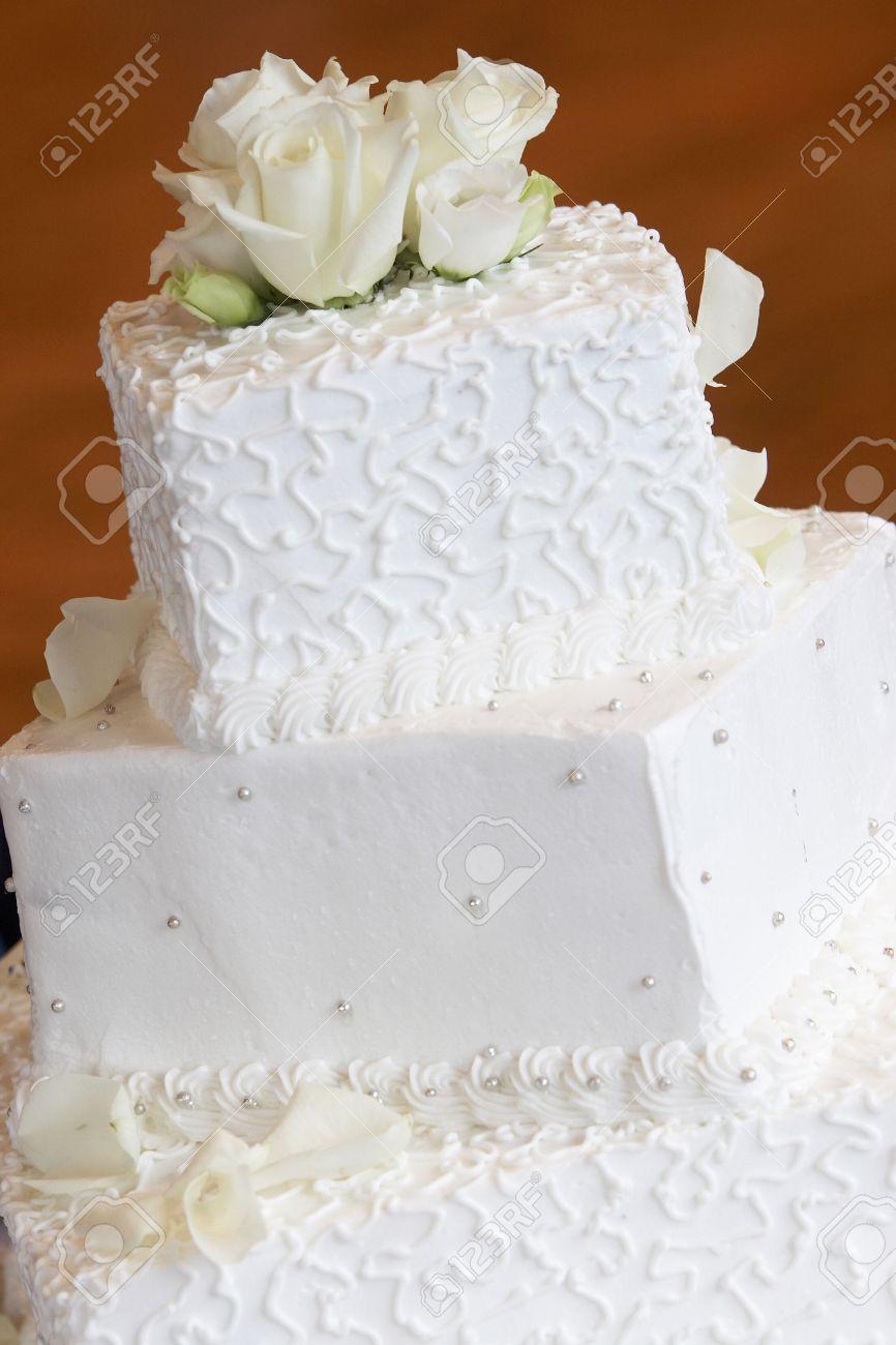 Eine Weisse Hochzeitstorte Mit Netten Kleinen Details Schwenken Und