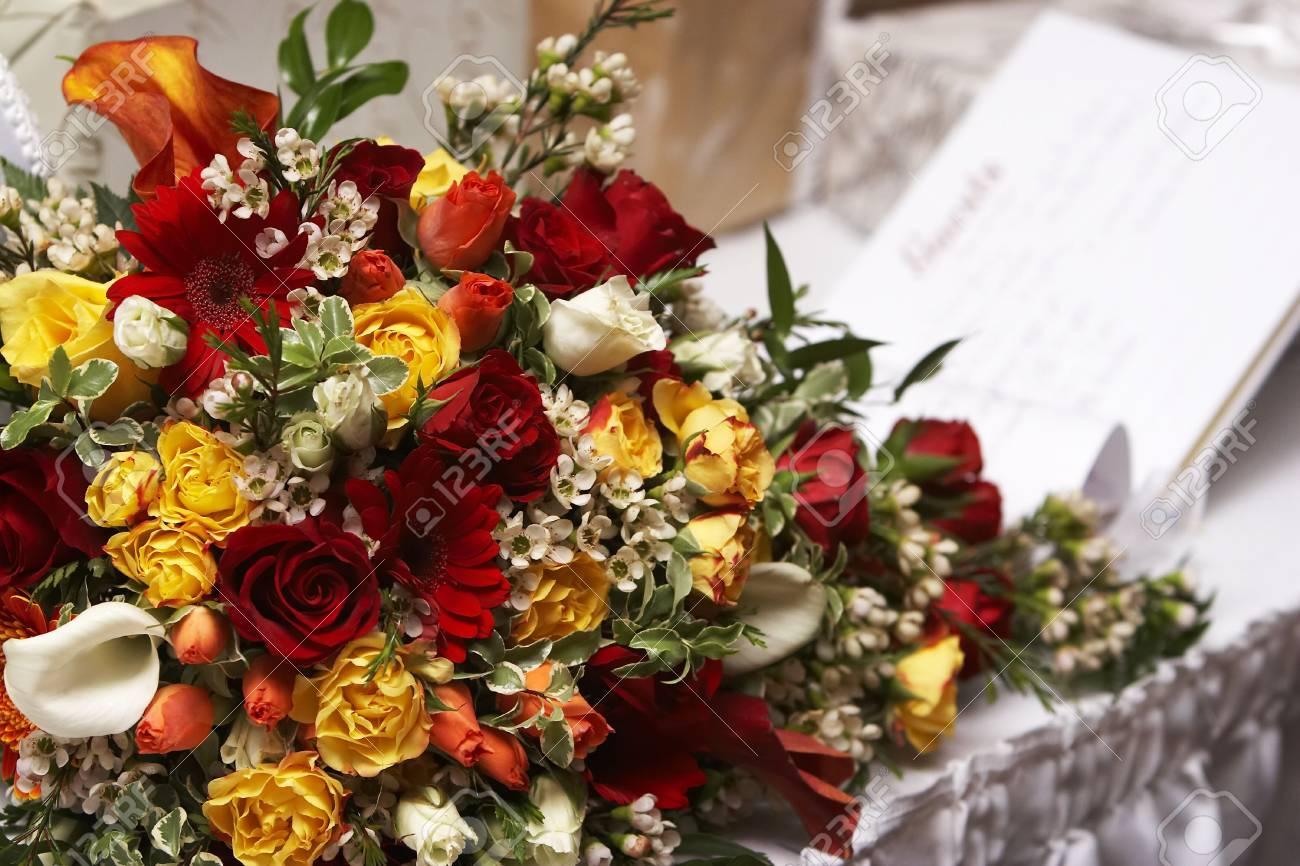 A Braut Hochzeit Blumen Mit Einem Gastebuch Kaum Sichtbar Im