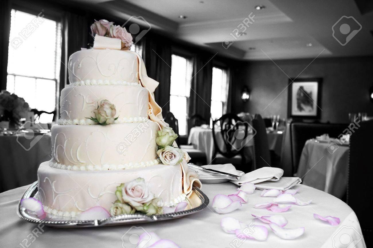 Ein Hochzeit Kuchen Mit Dem Kuchen Und Rosafarbenen Den