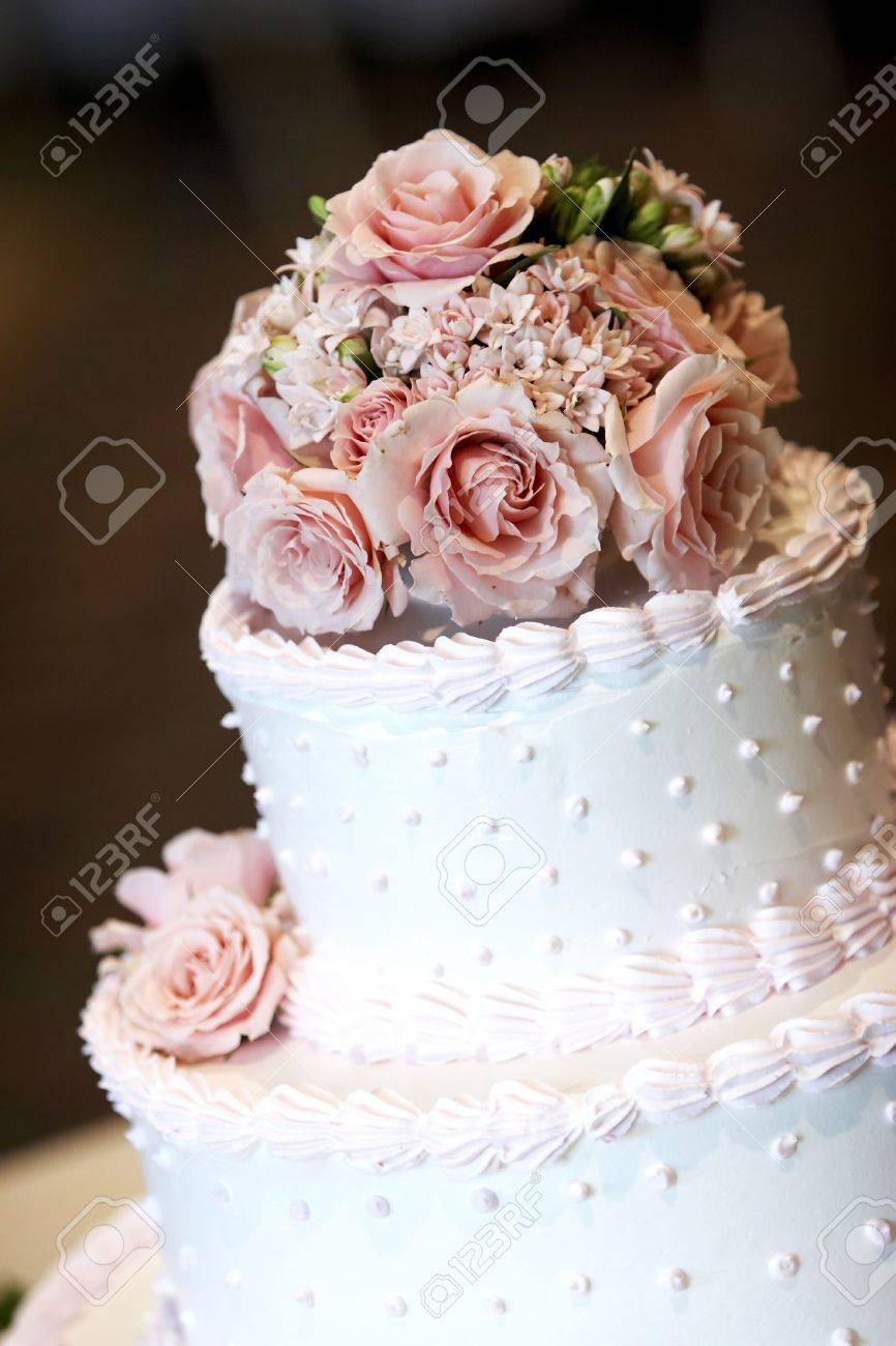 Ein Rosa Und Weisse Hochzeitstorte Mit Rosen An Der Spitze