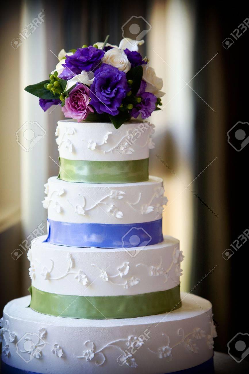 Erstaunlich Hochzeitstorte Lila Referenz Von Eine Große Multi-level-hochzeitstorte Mit Blüper Standard-bild -
