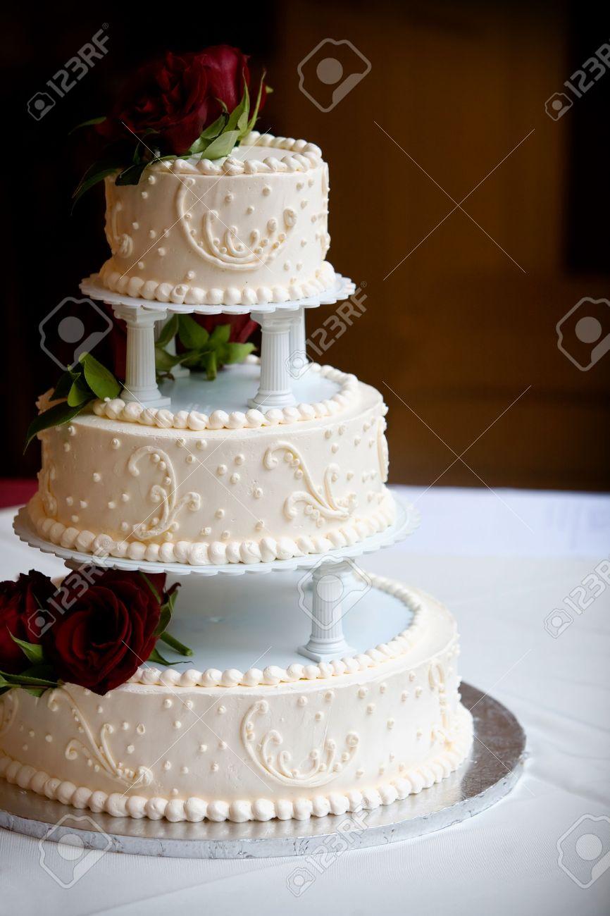 Ein Weisser Hochzeit Kuchen Mit Drei Niveaus Und Roten Rosen