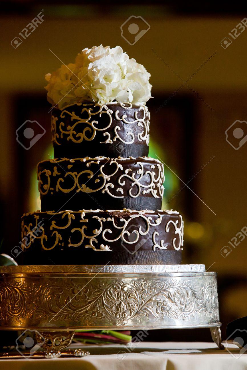 Un Gâteau De Mariage De Chocolat Avec Des Détails Glaçage Blanc Et De Fleurs Sur Le Dessus