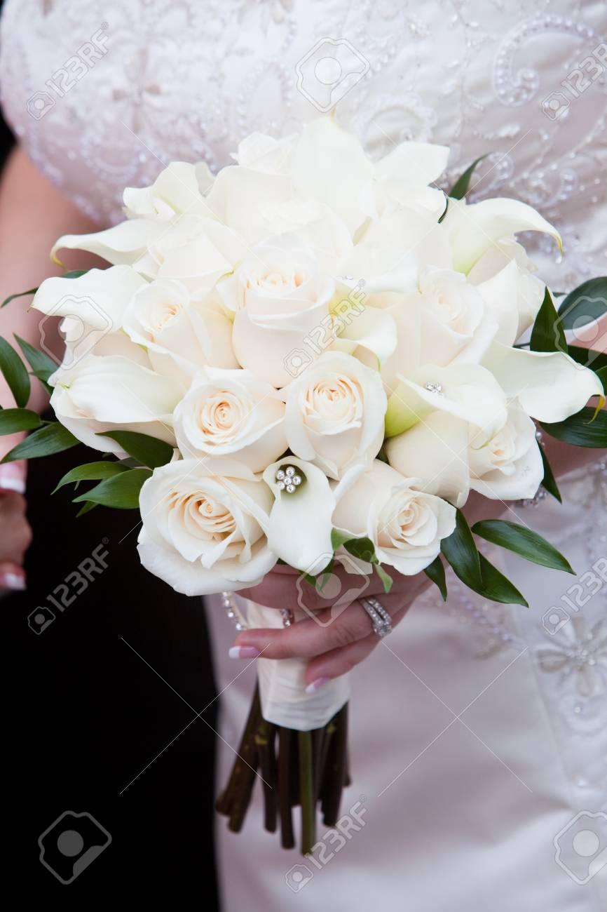 Braut Hochzeit Blumenstrauss In Weiss Und Grun Gehalten Von Einer