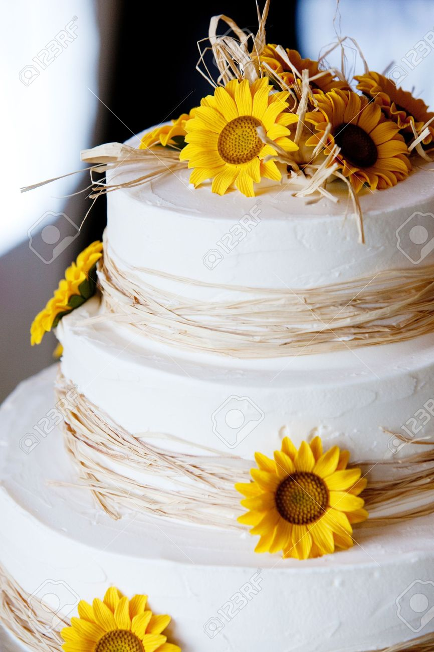 Eine Weisse Hochzeitstorte Mit Gelben Blumen Und Stroh