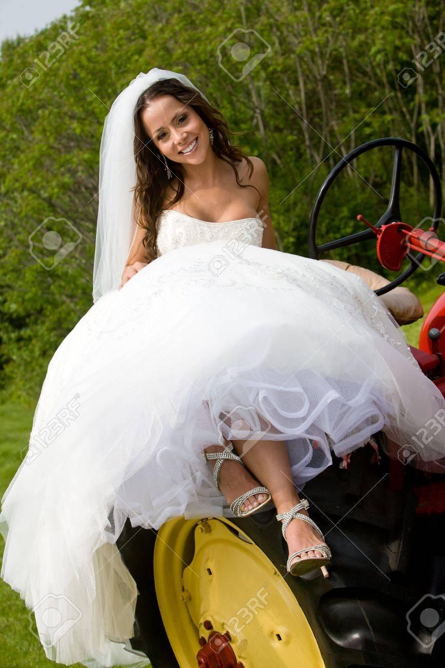 Hochzeit Braut Sitzt Auf Einem Traktor Trägt Ein Weißes Kleid ...