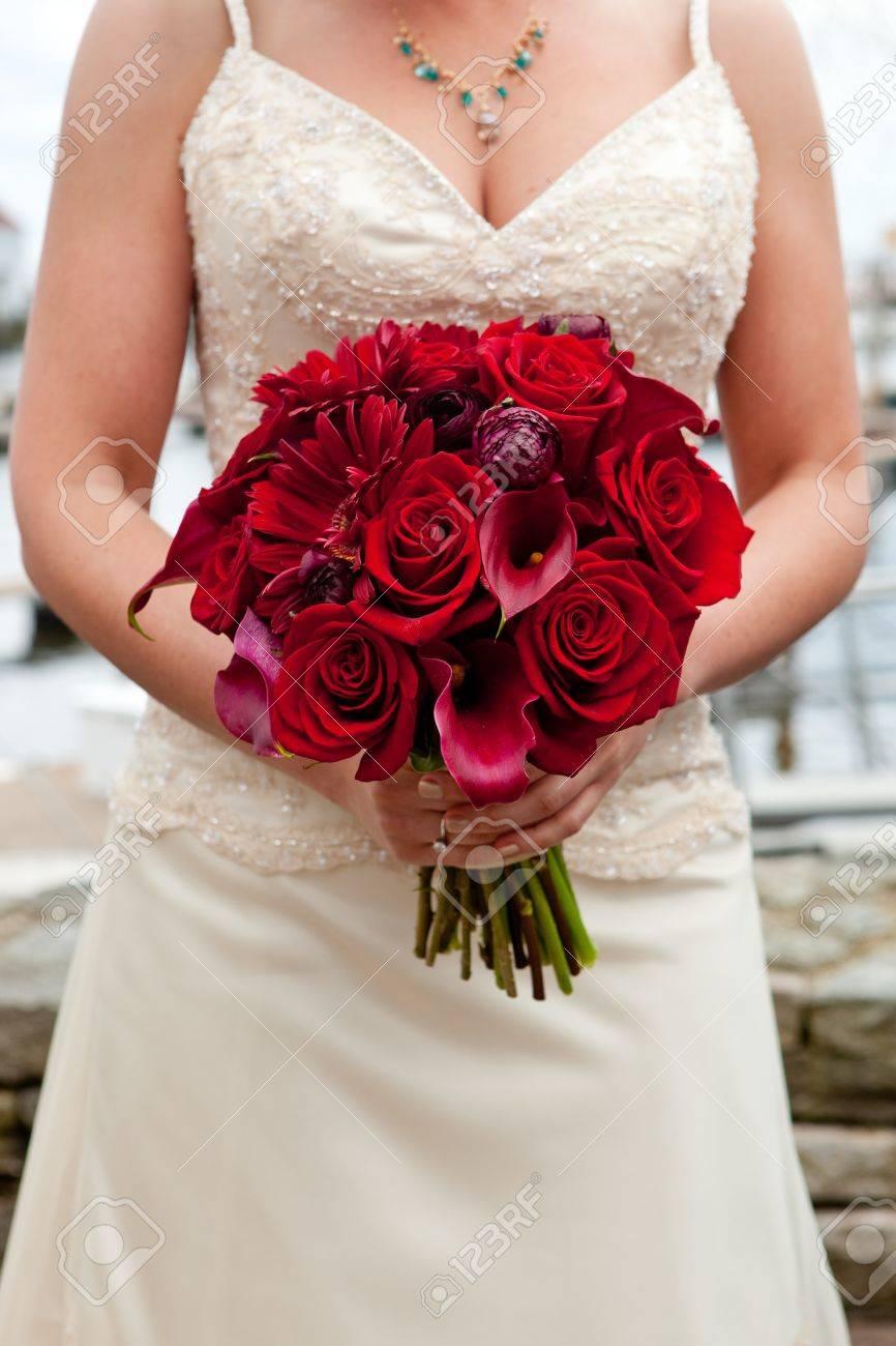 Une Jeune Mariee Tenant Son Bouquet De Mariage Rouge Des Fleurs