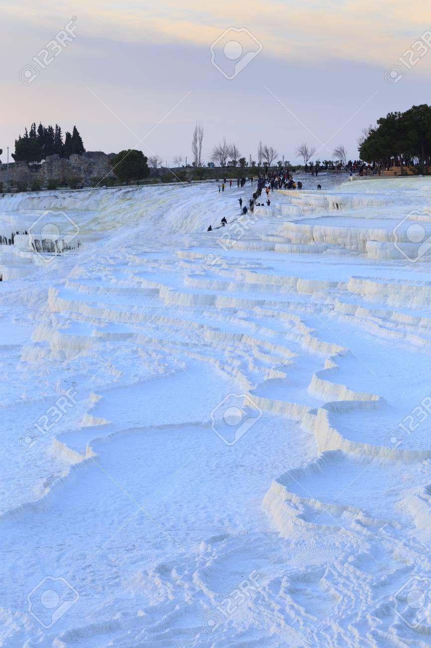 Piscines De Travertin Et Terrasses En Soirée Avec Des Touristes Surpeuplés Au Loin à Pamukkale Denizli Turquie