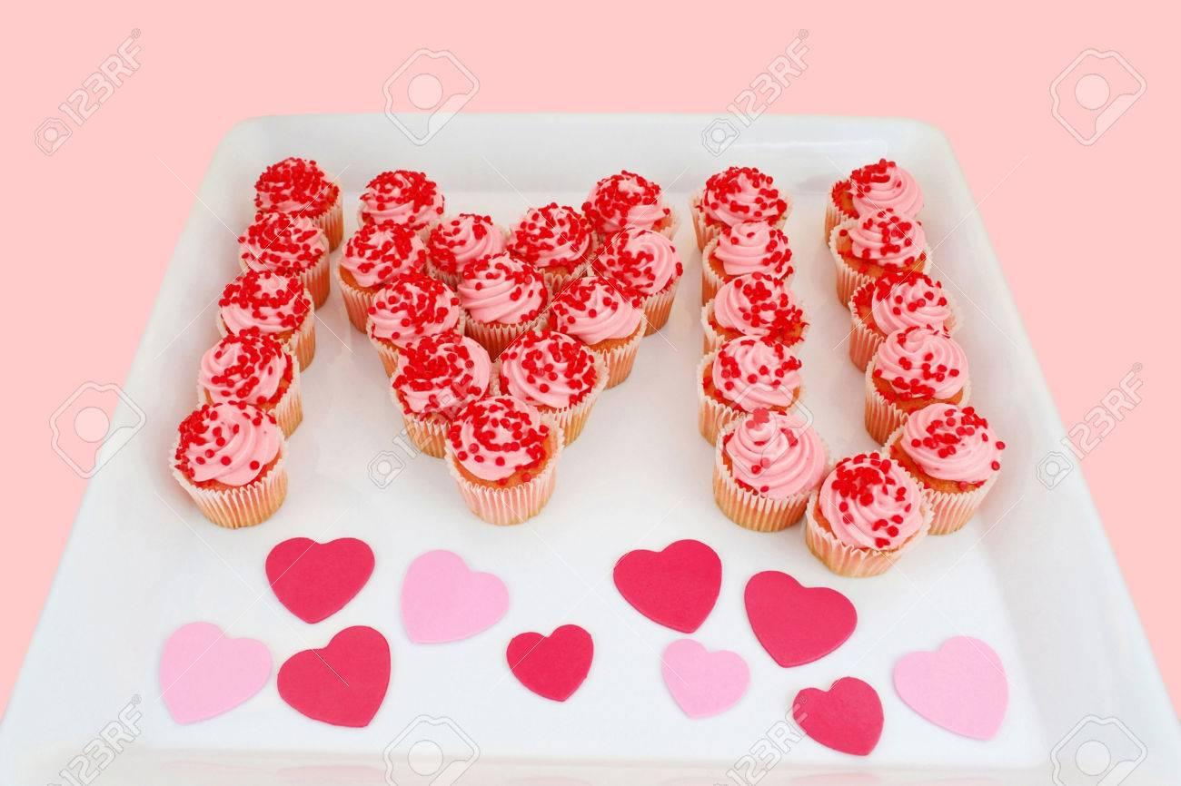 Ein Tablett Mit Erdbeer-Cupcakes Vorgestellt Zu Sagen, Ich Liebe ...