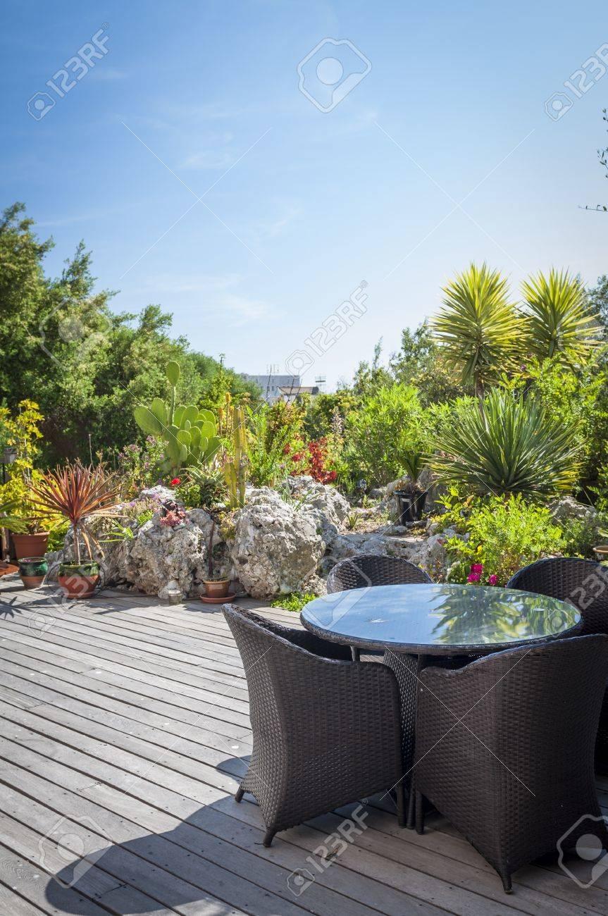 Un jardin tropical moderne avec des plantes et des terrasses dans un style  méditerranéen.