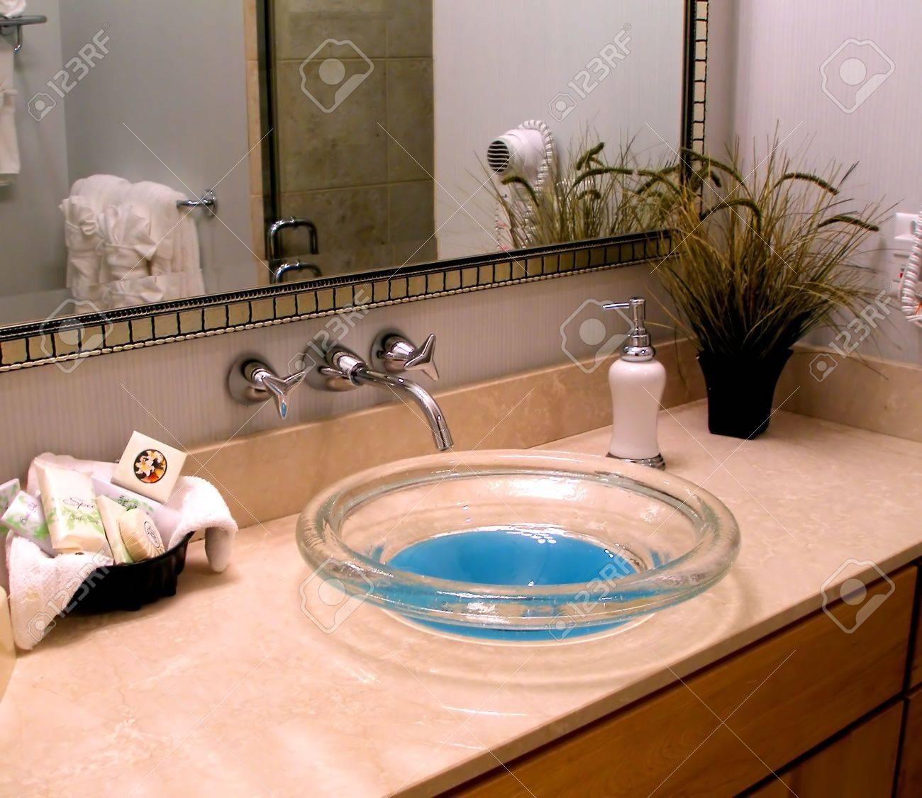 Vanité salle de bain moderne avec un unique verre évier. banque d ...