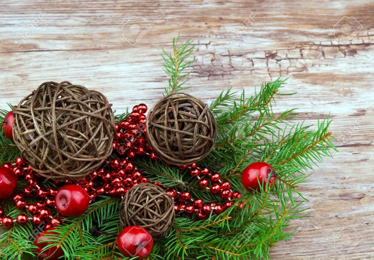 Marron Rotin Boules De Noël Avec La Branche D'épinette Fraîche Sur