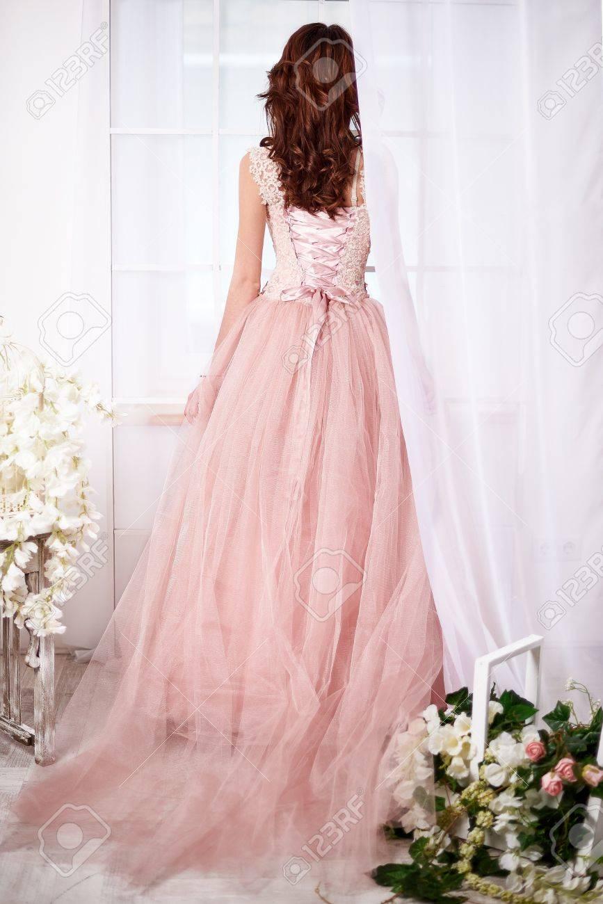 the latest d9b33 eadb2 Sposa delicato in un vestito rosa con bellissimi fiori in quarzo rosa e  colori serenità