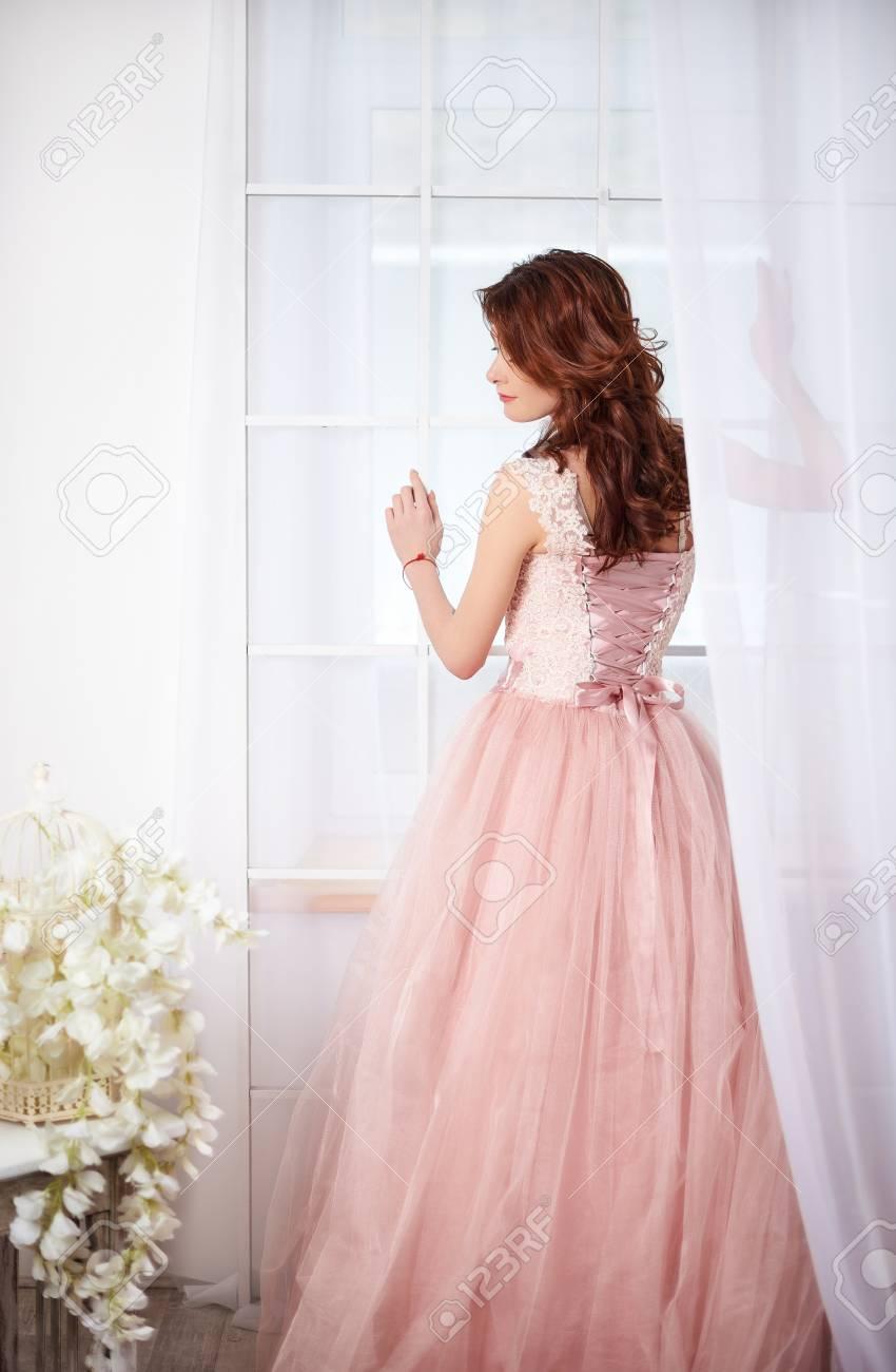 new products d0553 bbe3a Dolce sposa in un abito rosa con bellissimi fiori in quarzo rosa e colori  di serenità