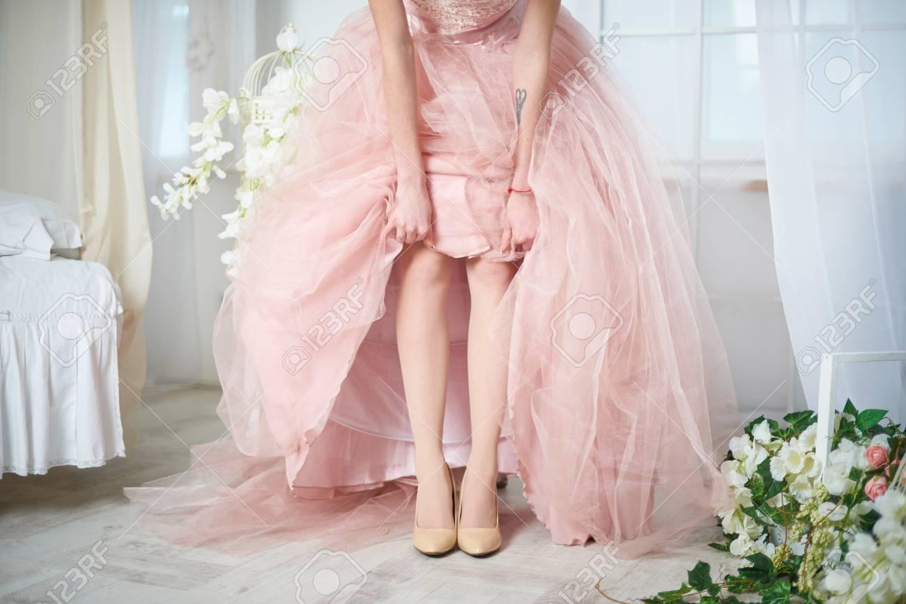 the latest 47f41 bfb19 Sposa delicato in un vestito rosa con bellissimi fiori in quarzo rosa e  colori serenità