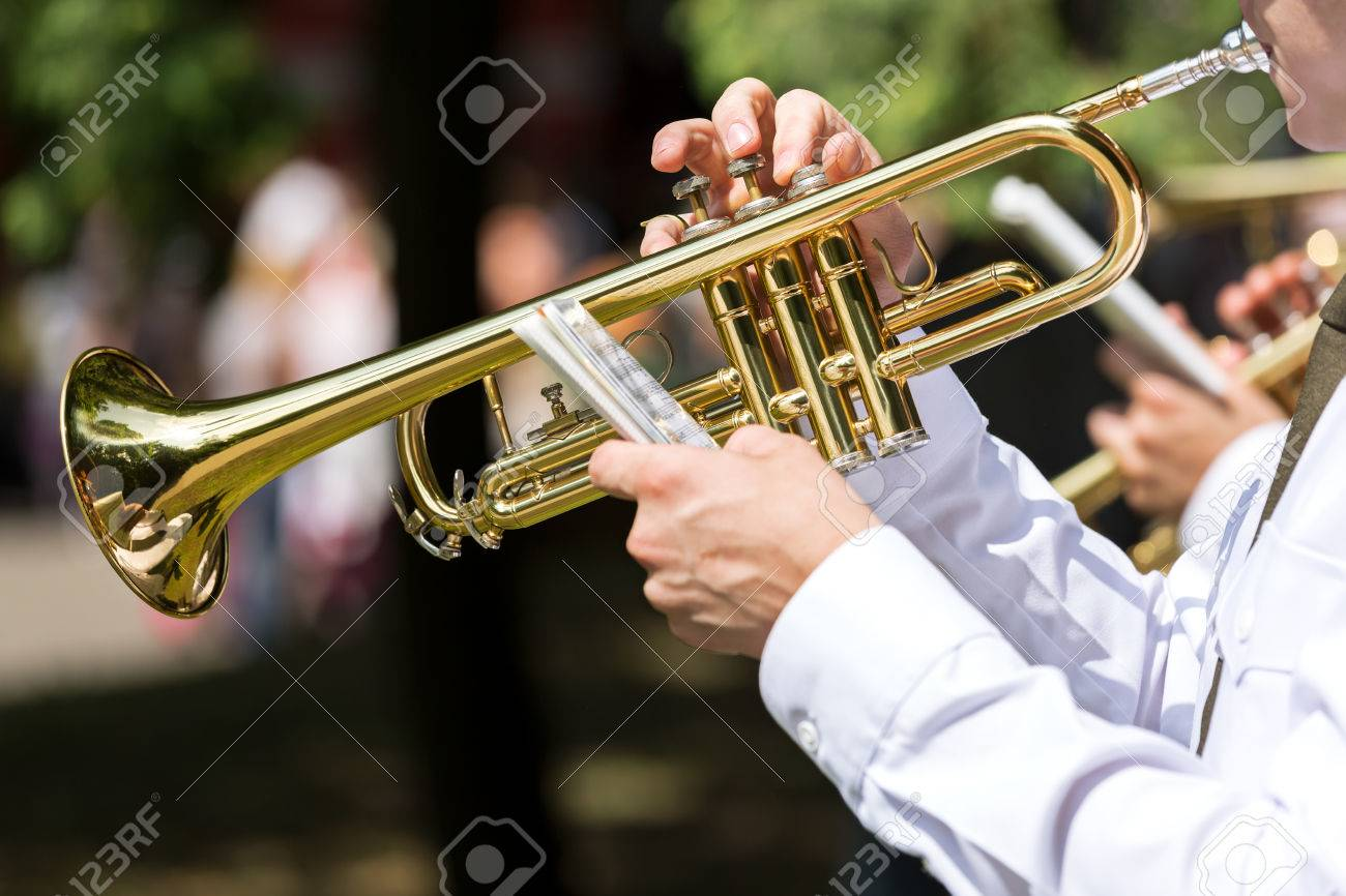 トランペット奏者と彼の黄金のトランペット の写真素材・画像素材 ...