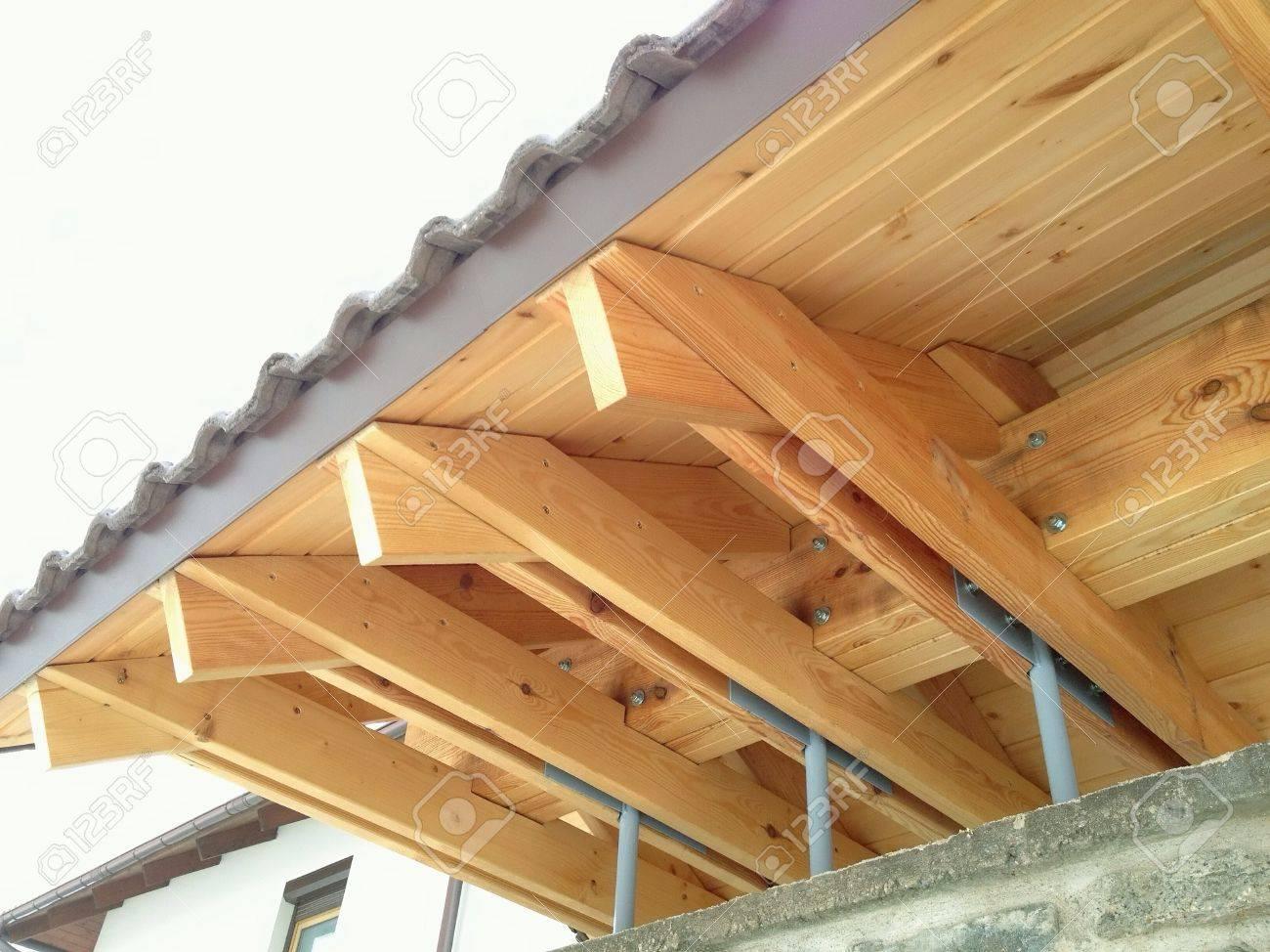 sistema de vigas del techo de madera desde abajo foto de archivo