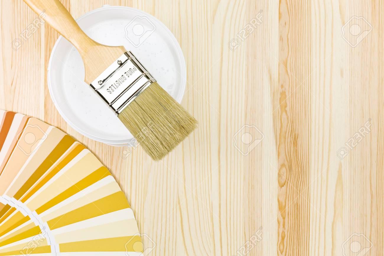 Colori Vernici Legno : Pennello con vernice può e campioni di colore su fondo in legno foto