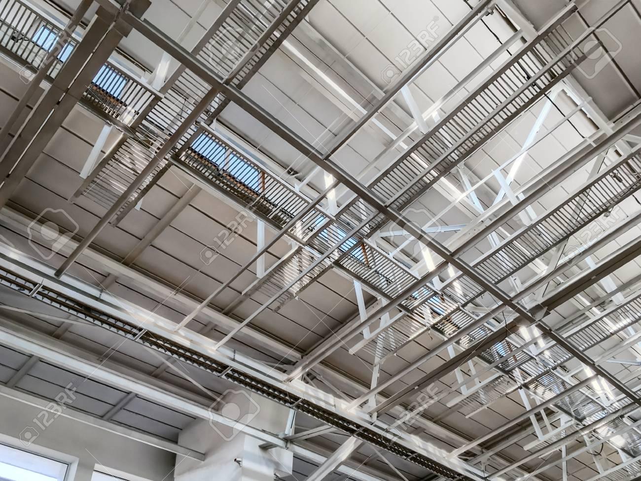 Estructura Metálica Del Techo Del Edificio Industrial Con Vigas De ...