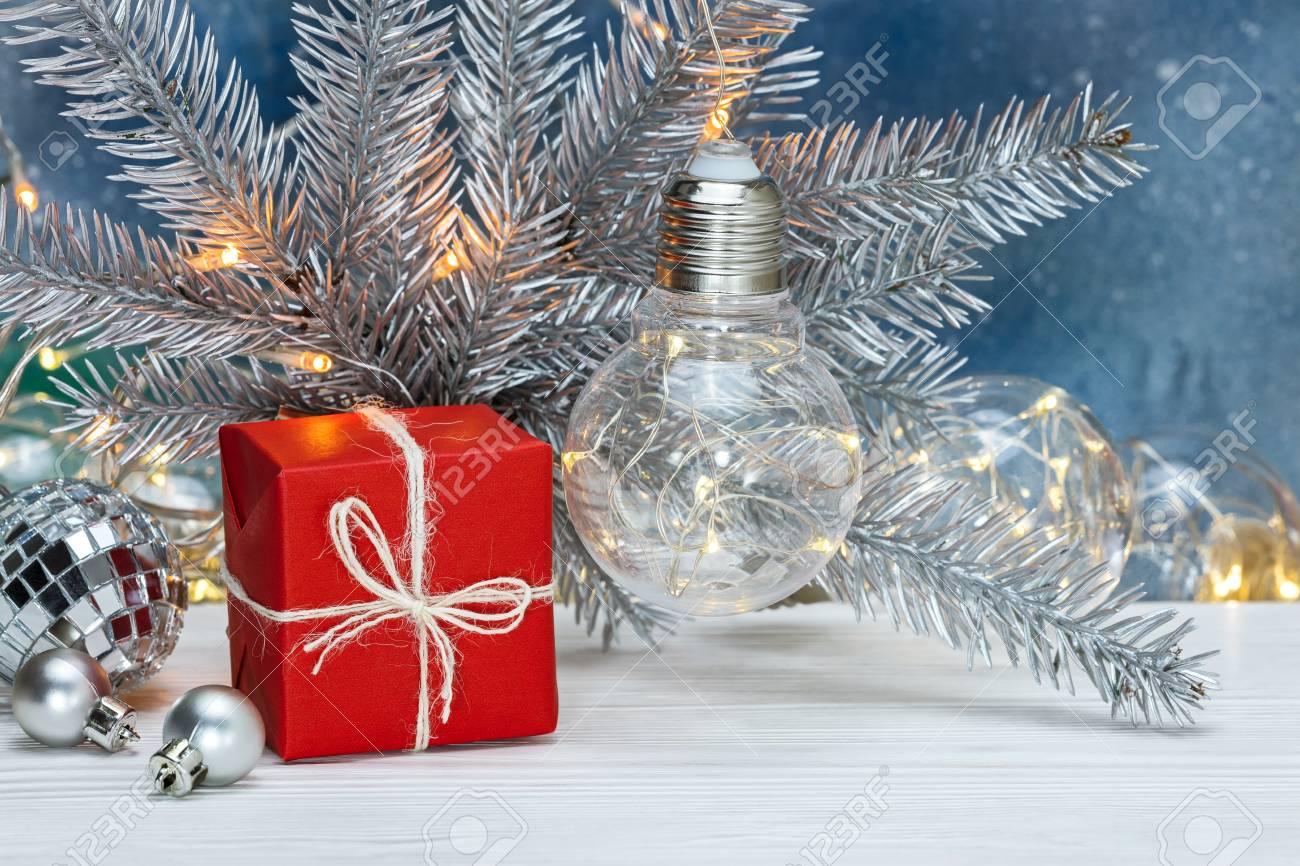 Albero Di Natale Con Decorazioni Blu : Ramo di albero di natale argento con vecchie ghirlande retrò