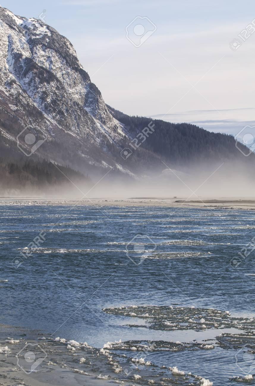 Formación de hielo en el río Chilkat en el sudeste de Alaska cerca de  Haines con niebla en aumento