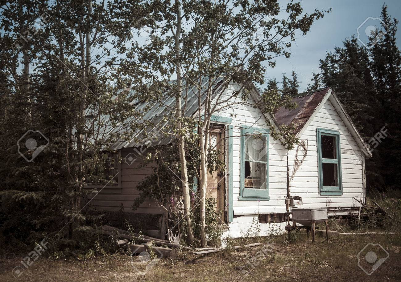 La Casa De Madera Rústica Vieja En El Yukón Canadá En Verano Procesó ...
