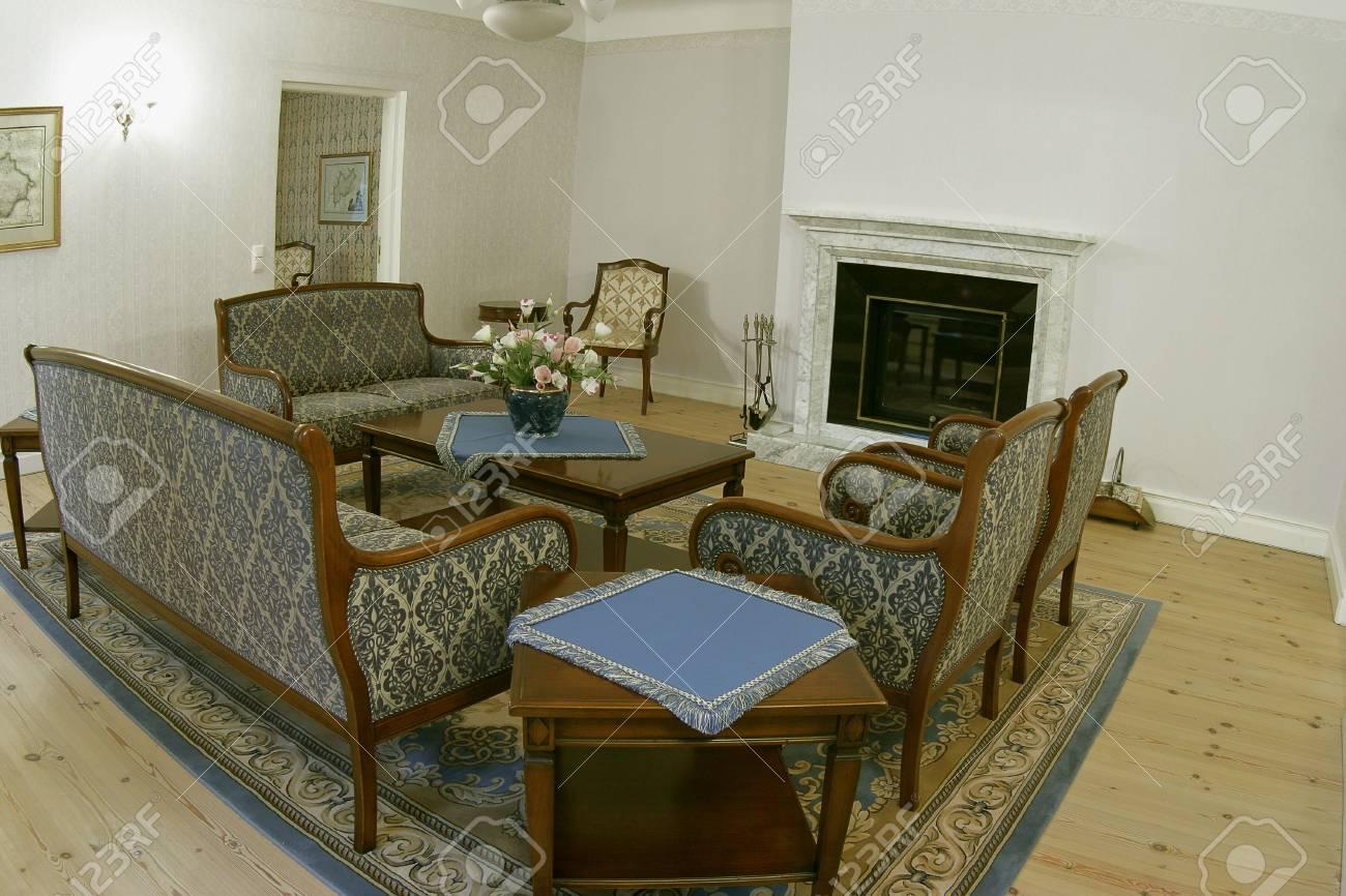 foto de archivo habitacin con muebles viejos en mainor