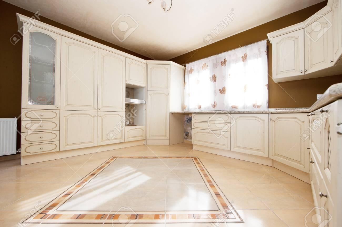 banque dimages cuisine blanche et marron avec des fentres blanche