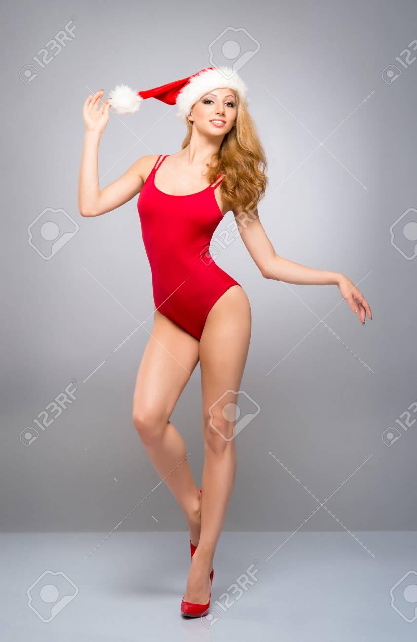 Junges Und Sexy Sankt-Mädchen Im Roten Badeanzug Mit Einem ...