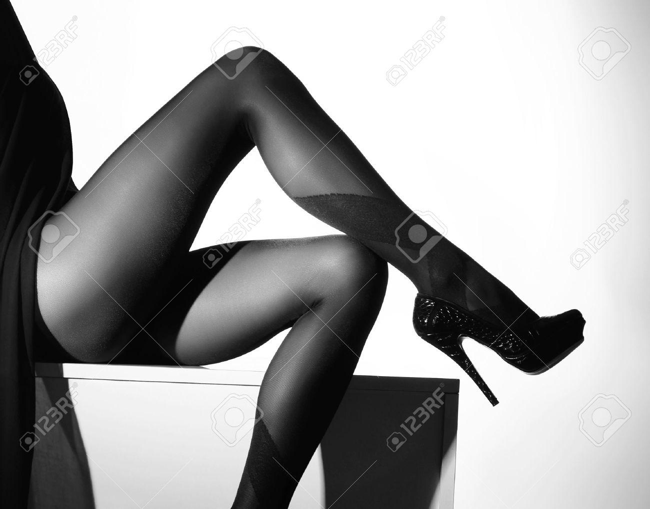 Фото женской ступни в чёрных чулках 10 фотография