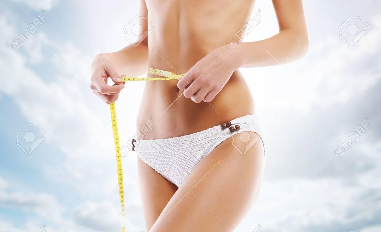 Sexy Und Sportlicher Weiblicher Körper. Mädchen In Einem Weißen ...