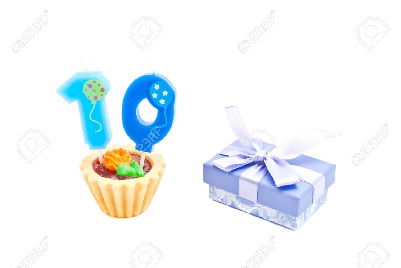 Torta Con La Candela Di Compleanno Di Dieci Anni E Regalo Su Bianco