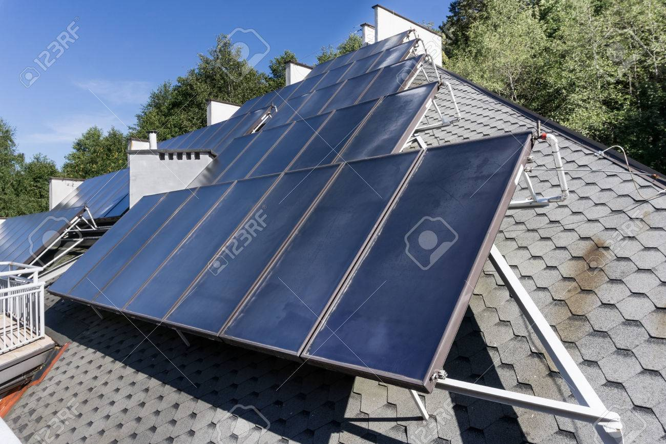 Warmwasser Solaranlage Sonnenkollektoren Auf Dem Dach Grune