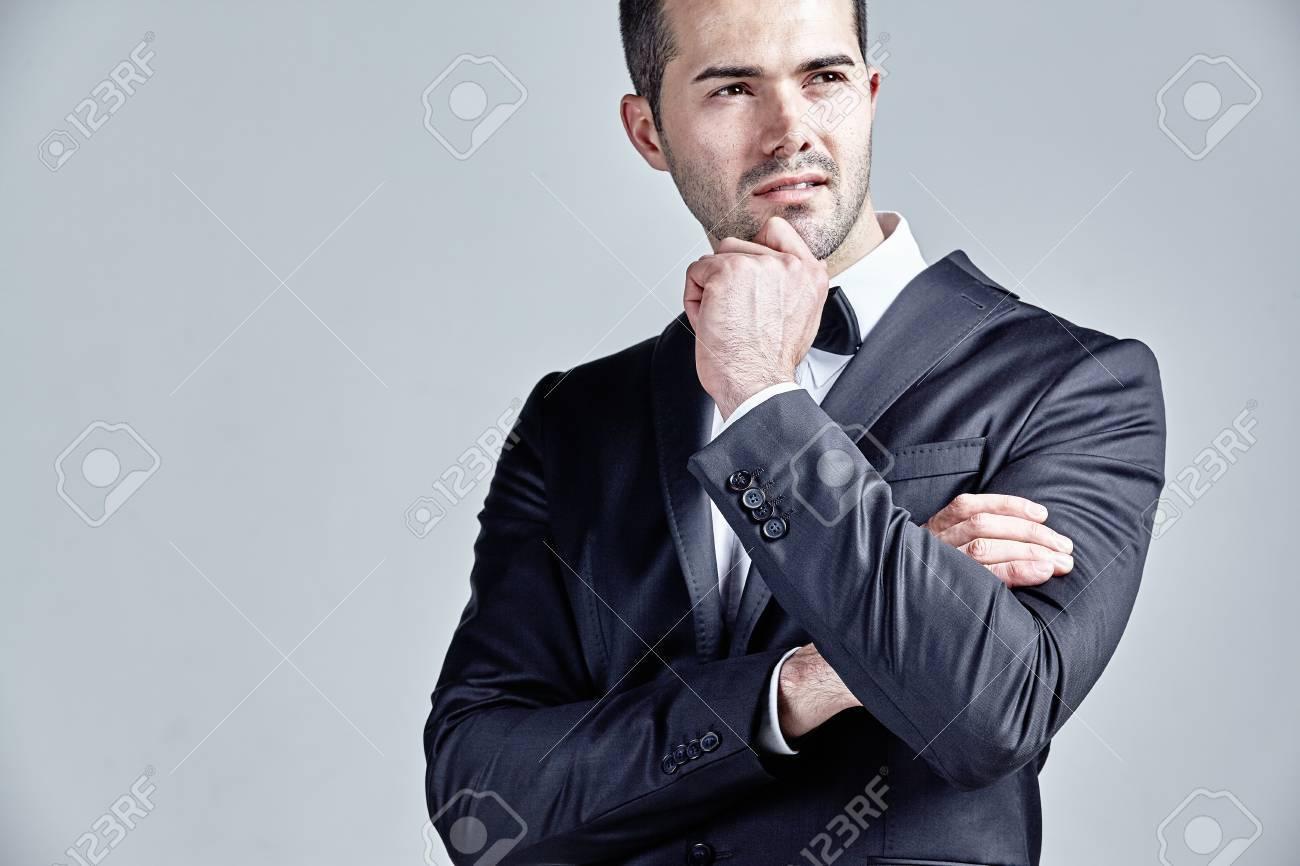 d8d3717a308 Mode Jeune Homme Pensée Isolé Sur Gris Banque D Images Et Photos ...