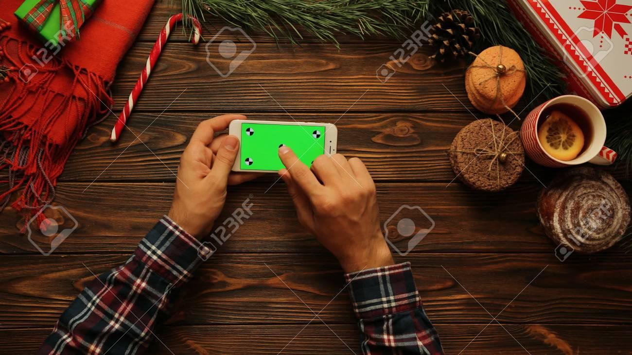Vue de dessus homme travaillant sur le téléphone intelligent blanc
