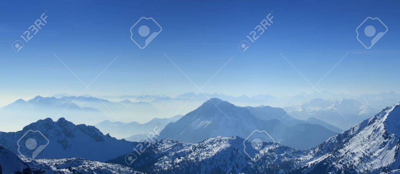 High angle panoramic view of the winter Giulian alps in the fog, as seen from passo Pramollo on the border between Italy and Austria Standard-Bild - 2608440