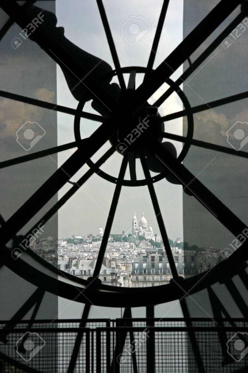 Basilique Sacre Coeur in Montmartre gesehen wenn die Uhr auf der Orsay-Museum in Paris Standard-Bild - 3151177