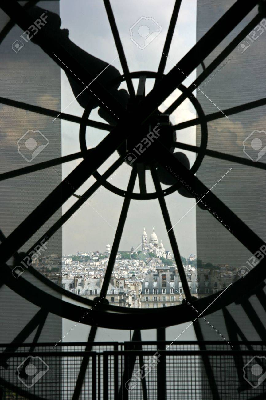 Sacre Coeur basilique in Montmartre seen though the clock on top of Orsay Museum in Paris Standard-Bild - 3151177