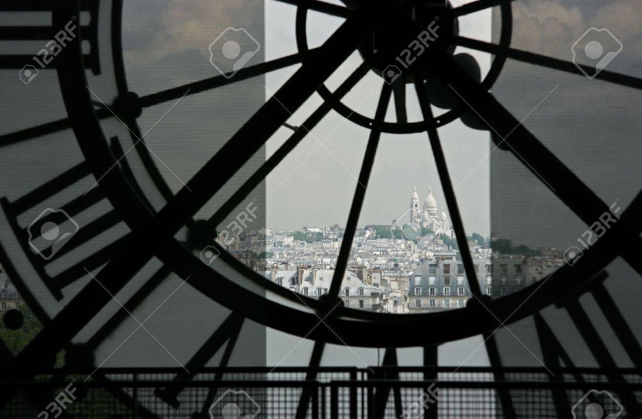 Sacre Coeur Basilika in Montmartre gesehen zwar die Uhr über Orsay-Museum in Paris Standard-Bild - 3151176