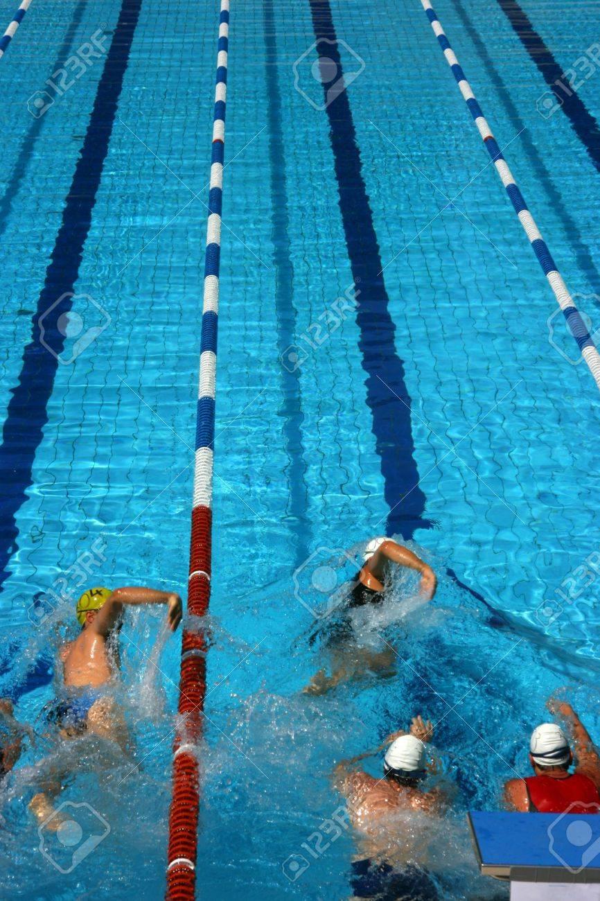 Triathlon Athleten Teilnahme an den Wettbewerb beginnen, Schwimmen Standard-Bild - 3358449
