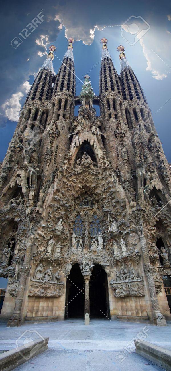 Sagrada Familia vertical panoramic view, Barcelona, Spain. HDR image.  Standard-Bild - 3480057